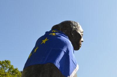 Käthe-Kollwitz-Statue mit Europaflagge, Europawahlkampf 2019 mit Stefanie Remlinger